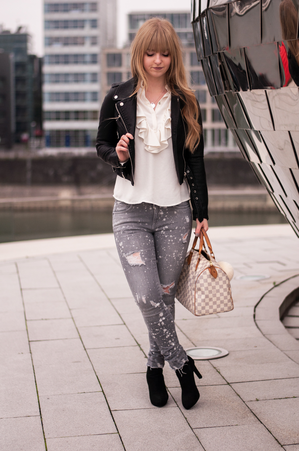 how-to-wear-ankle-boots-buffalo-black-leather-jacket-for-autumn-blouse-zara-destroyed-jeans-grey-1