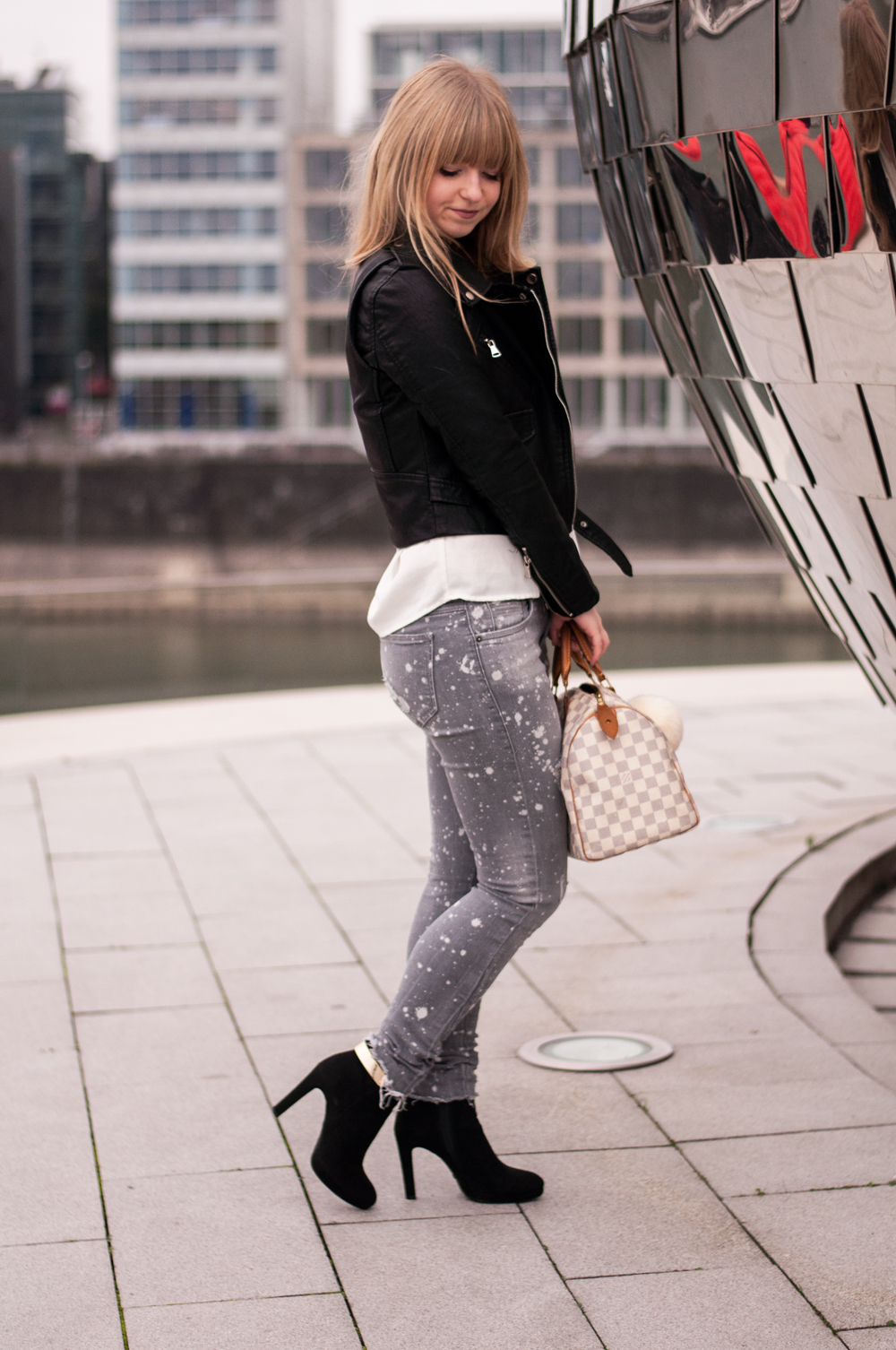 how-to-wear-ankle-boots-buffalo-black-leather-jacket-for-autumn-blouse-zara-destroyed-jeans-grey-2