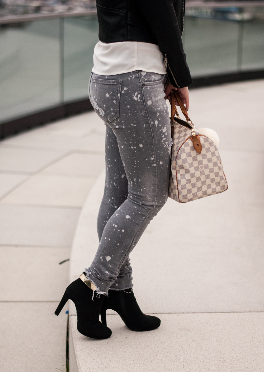 how-to-wear-ankle-boots-buffalo-black-leather-jacket-for-autumn-blouse-zara-destroyed-jeans-grey-7