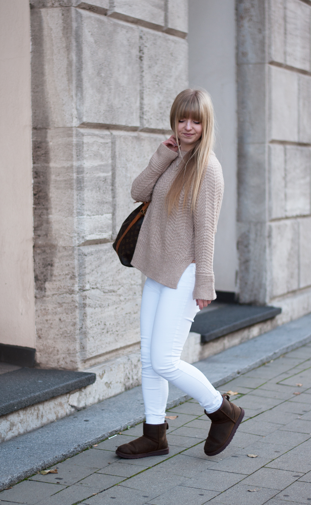 winter-outfit-cozy-look-fashionblogger-modeblog-knitwear-ugg-boots-camel-beige-louisvuitton-sac-noe-ootd-duisburg-nrw-4