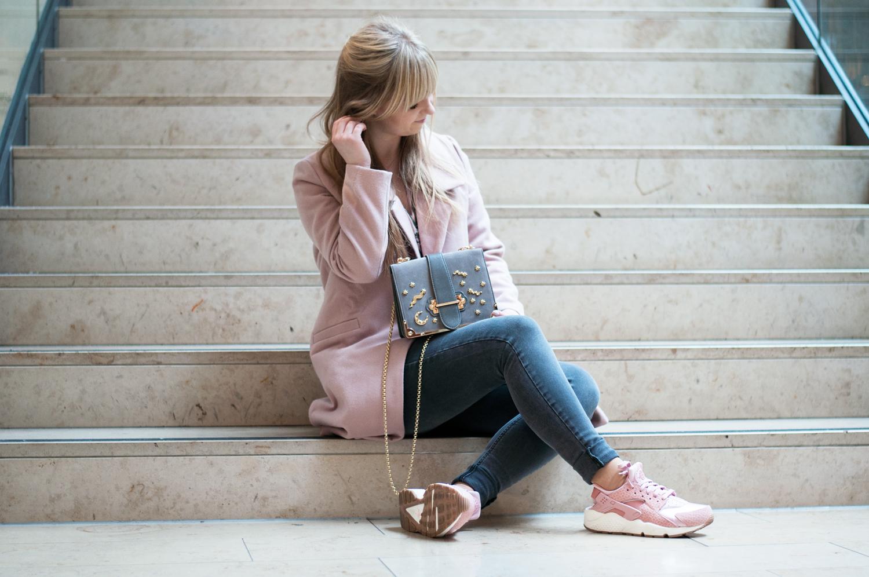 Lara ira outfit pink coat nike huarache grey mini for Rosa kombinieren