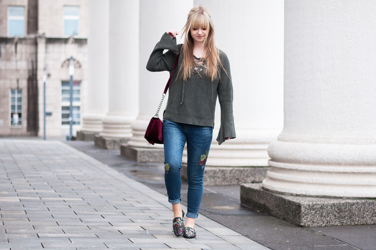OUTFIT: FLORAL SLIPPER AND EMBROIDERED JEANS